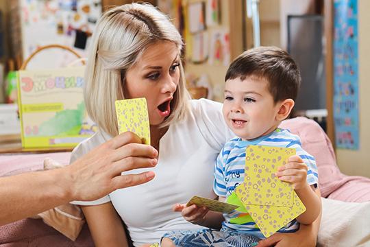 во время занятий малыш весело поёт песенки и выполняет упражнения