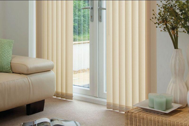 Актуально решите вопрос оформления окна, выбрав вертикальные жалюзи. Они отлично справляются с задачей защиты помещения от солнечного света и посторонних взглядов. Есть возможность самостоятельно регулировать угол поворота тканевых ламелей.