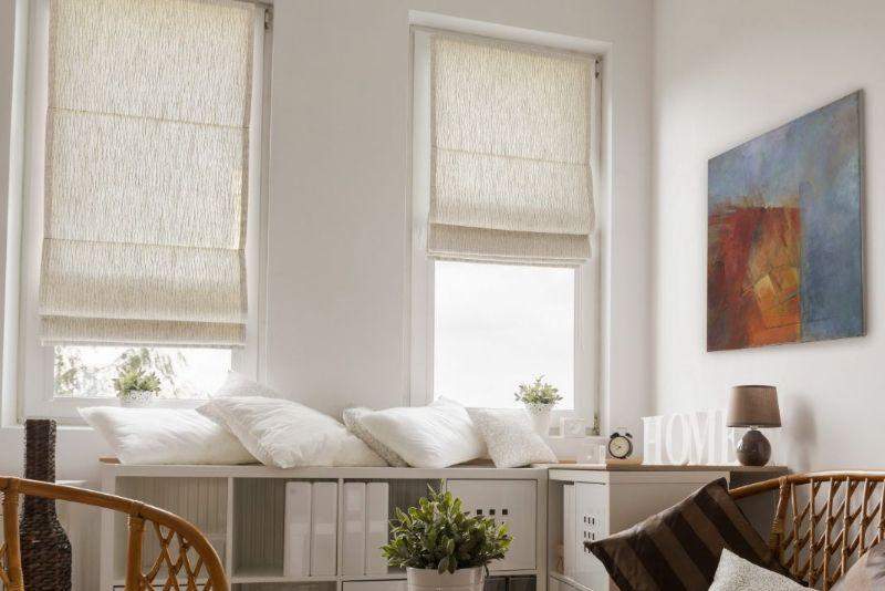 Популярное классическое обрамление для окна, покоряющее своей универсальностью и удобством в процессе эксплуатации. Высота подъёма римских штор регулируется без специальных зажимов, поперечные рейки контролируют процесс опускания и подъёма шторы.