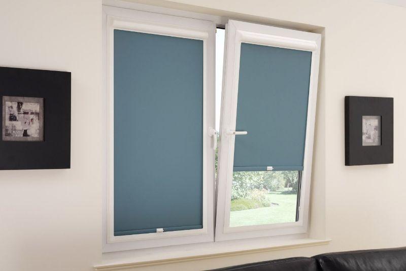 Идеальное решение для помещений с высокими требованиями к светозатемнению. Широкая цветовая палитра полотен штор позволяет выбрать максимально подходящий к интерьеру цвет. Удобны и просты в использовании.